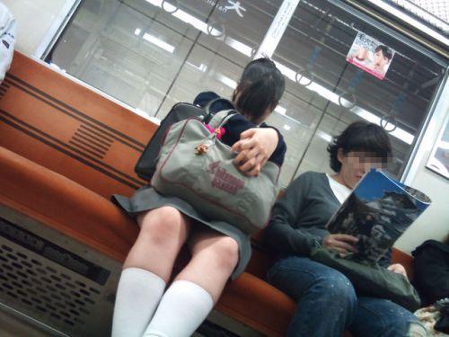 電車内でJKが無邪気にムチムチな太ももやパンチラを晒す盗撮画像 34枚 No.12