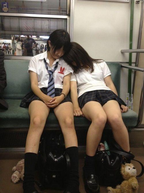 電車内でJKが無邪気にムチムチな太ももやパンチラを晒す盗撮画像 34枚 No.19