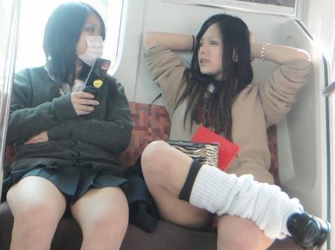 電車内でJKが無邪気にムチムチな太ももやパンチラを晒す盗撮画像 34枚 No.21