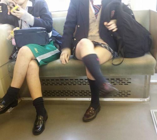 電車内でJKが無邪気にムチムチな太ももやパンチラを晒す盗撮画像 34枚 No.29