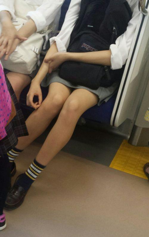 電車内でJKが無邪気にムチムチな太ももやパンチラを晒す盗撮画像 34枚 No.30