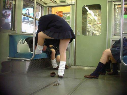 電車内でJKが無邪気にムチムチな太ももやパンチラを晒す盗撮画像 34枚 No.32