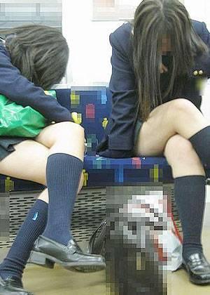 電車内でJKが無邪気にムチムチな太ももやパンチラを晒す盗撮画像 34枚 No.33