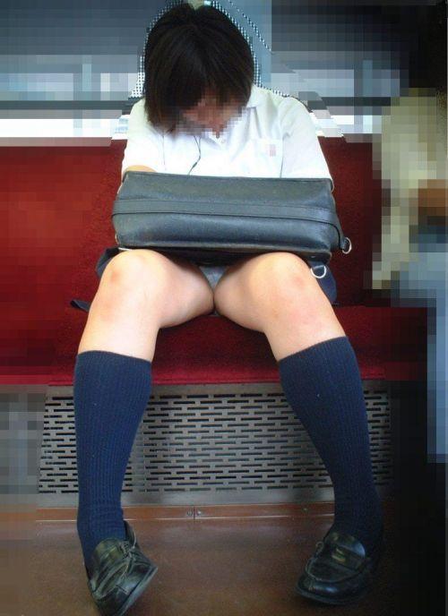 電車内でJKが無邪気にムチムチな太ももやパンチラを晒す盗撮画像 34枚 No.34