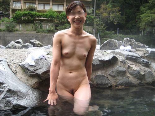 露天風呂でおっぱいやお尻丸出しで記念撮影したエロ画像 34枚 No.6