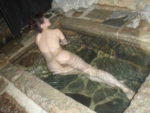 露天風呂でおっぱいやお尻丸出しで記念撮影したエロ画像 34枚 No.8