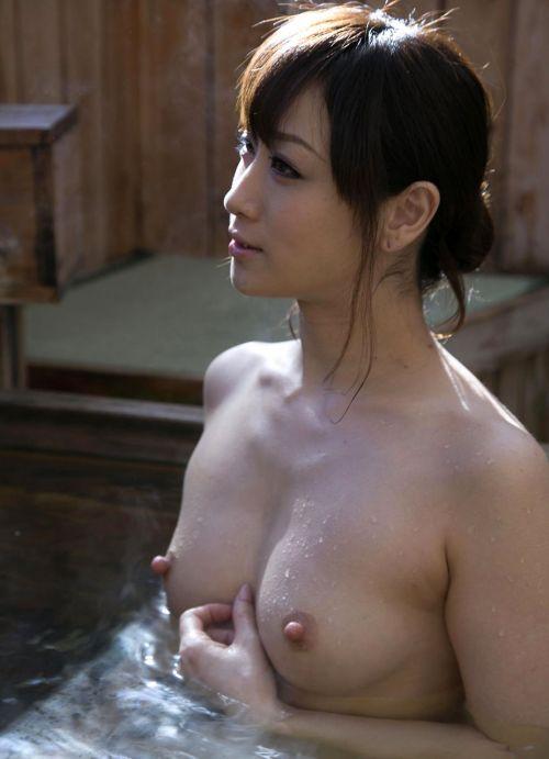 露天風呂でおっぱいやお尻丸出しで記念撮影したエロ画像 34枚 No.12