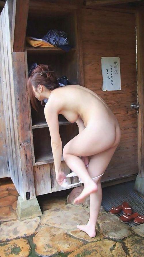 露天風呂でおっぱいやお尻丸出しで記念撮影したエロ画像 34枚 No.13