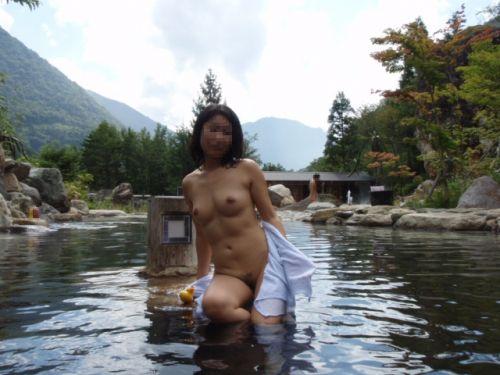 露天風呂でおっぱいやお尻丸出しで記念撮影したエロ画像 34枚 No.18