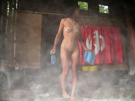 露天風呂でおっぱいやお尻丸出しで記念撮影したエロ画像 34枚 No.19