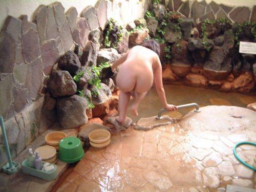 露天風呂でおっぱいやお尻丸出しで記念撮影したエロ画像 34枚 No.24