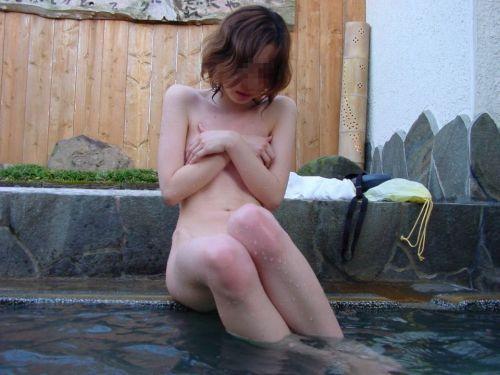 露天風呂でおっぱいやお尻丸出しで記念撮影したエロ画像 34枚 No.27