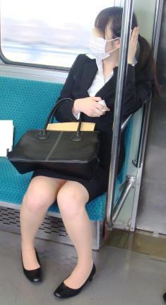 【エロ画像】電車内でスーツ姿なOLのデルタゾーンパンチラを激写盗撮! 36枚 No.2
