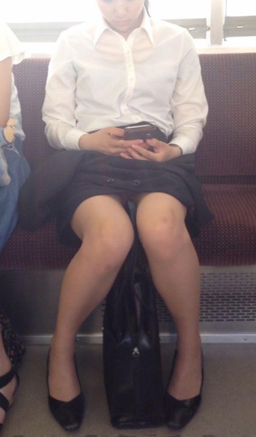 【エロ画像】電車内でスーツ姿なOLのデルタゾーンパンチラを激写盗撮! 36枚 No.3