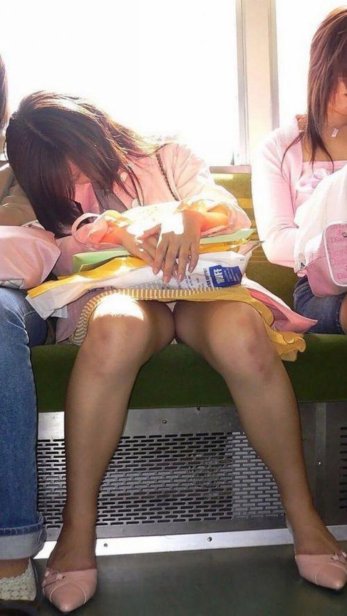 【エロ画像】電車内でスーツ姿なOLのデルタゾーンパンチラを激写盗撮! 36枚 No.4