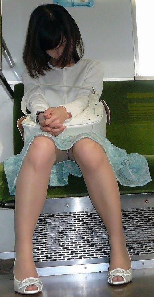 【エロ画像】電車内でスーツ姿なOLのデルタゾーンパンチラを激写盗撮! 36枚 No.7