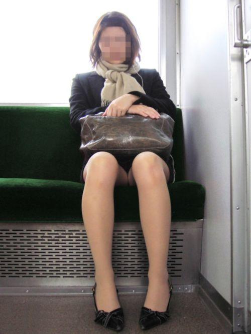 【エロ画像】電車内でスーツ姿なOLのデルタゾーンパンチラを激写盗撮! 36枚 No.8