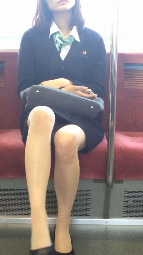 【エロ画像】電車内でスーツ姿なOLのデルタゾーンパンチラを激写盗撮! 36枚 No.9