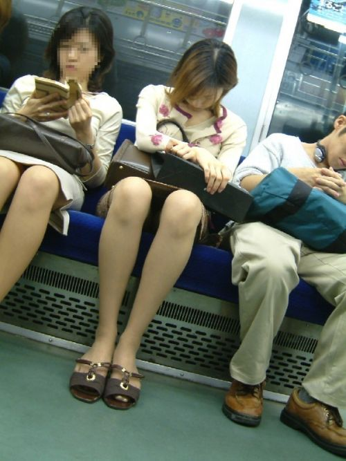 【エロ画像】電車内でスーツ姿なOLのデルタゾーンパンチラを激写盗撮! 36枚 No.11
