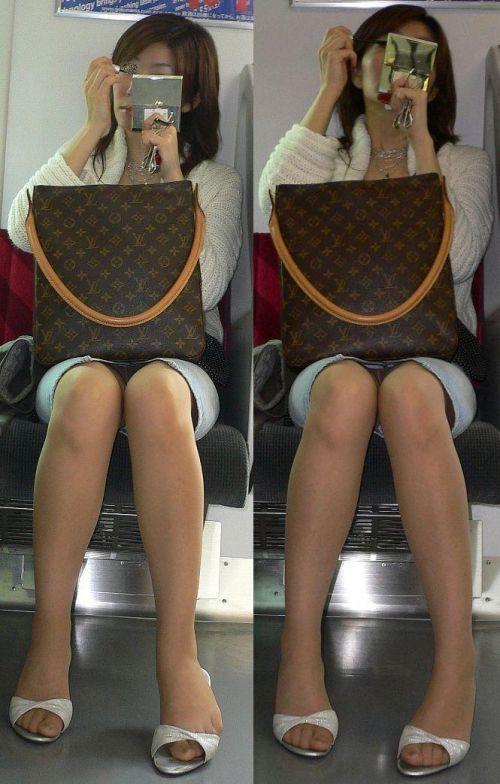 【エロ画像】電車内でスーツ姿なOLのデルタゾーンパンチラを激写盗撮! 36枚 No.13