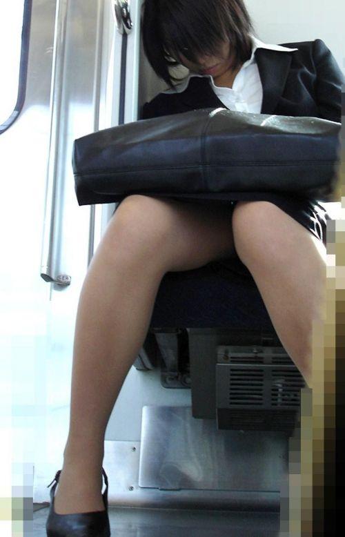 【エロ画像】電車内でスーツ姿なOLのデルタゾーンパンチラを激写盗撮! 36枚 No.15