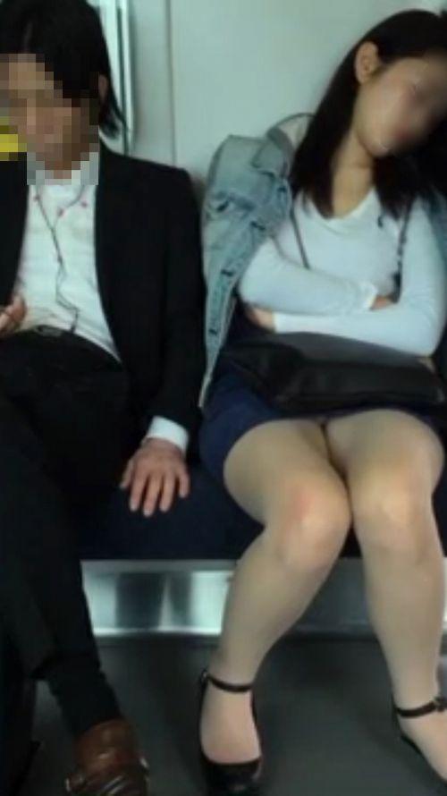【エロ画像】電車内でスーツ姿なOLのデルタゾーンパンチラを激写盗撮! 36枚 No.16
