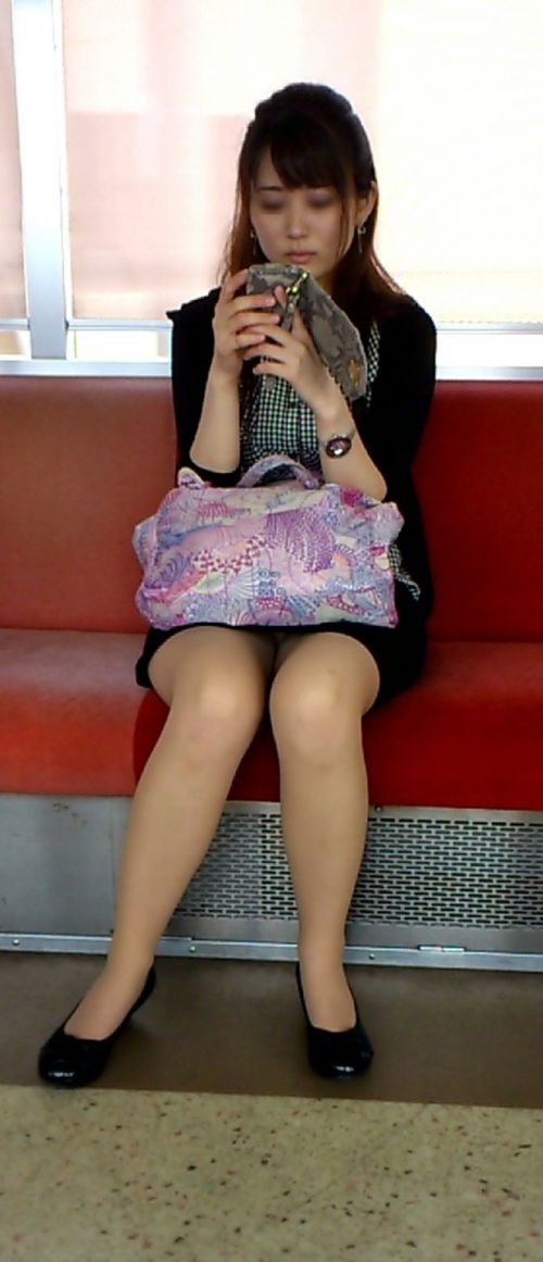 【エロ画像】電車内でスーツ姿なOLのデルタゾーンパンチラを激写盗撮! 36枚 No.19