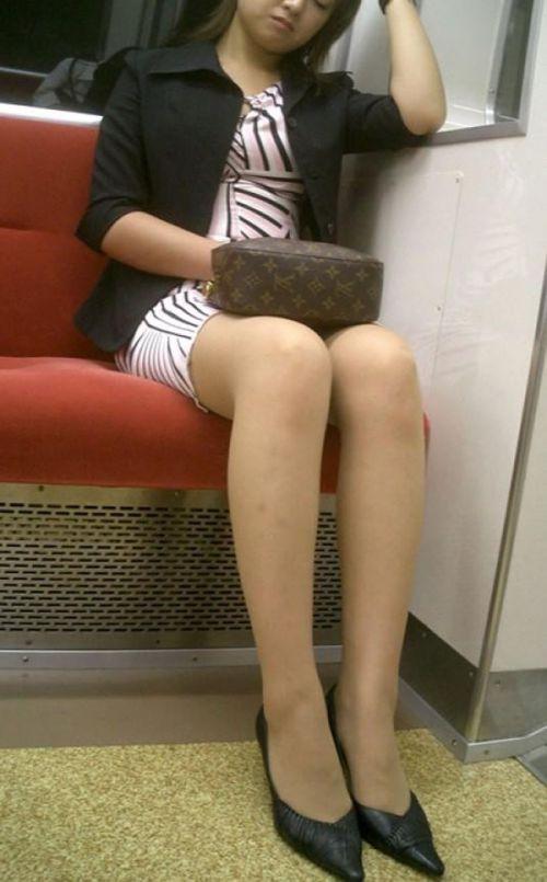 【エロ画像】電車内でスーツ姿なOLのデルタゾーンパンチラを激写盗撮! 36枚 No.20