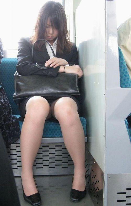 【エロ画像】電車内でスーツ姿なOLのデルタゾーンパンチラを激写盗撮! 36枚 No.21