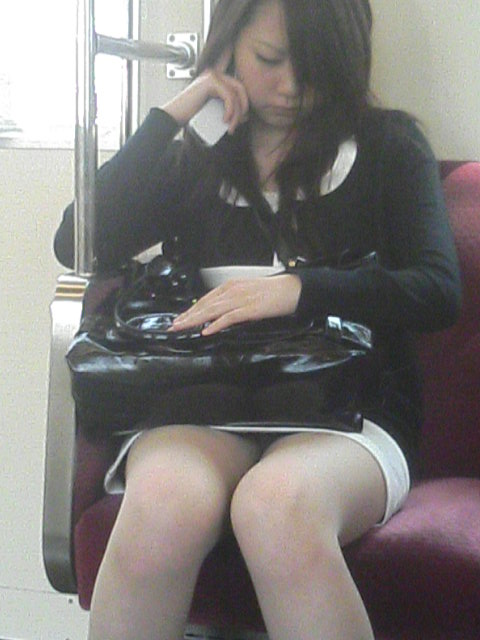 【エロ画像】電車内でスーツ姿なOLのデルタゾーンパンチラを激写盗撮! 36枚 No.22