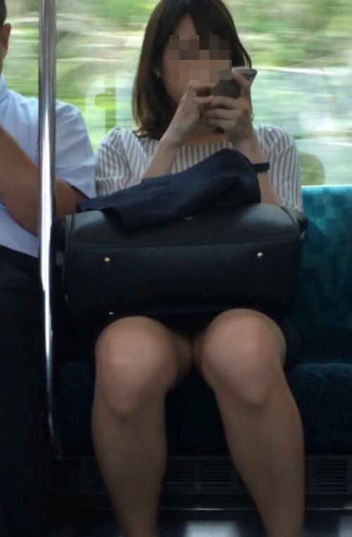 【エロ画像】電車内でスーツ姿なOLのデルタゾーンパンチラを激写盗撮! 36枚 No.24