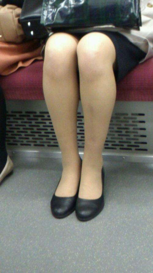 【エロ画像】電車内でスーツ姿なOLのデルタゾーンパンチラを激写盗撮! 36枚 No.25