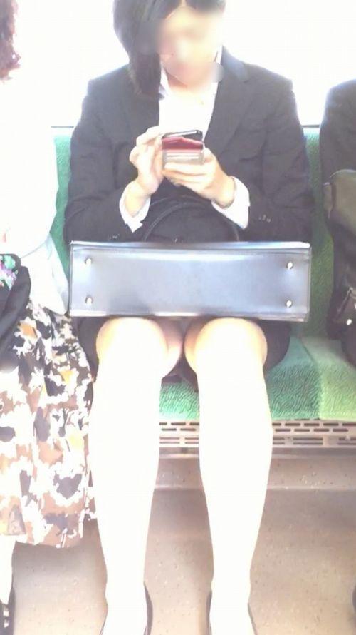 【エロ画像】電車内でスーツ姿なOLのデルタゾーンパンチラを激写盗撮! 36枚 No.26