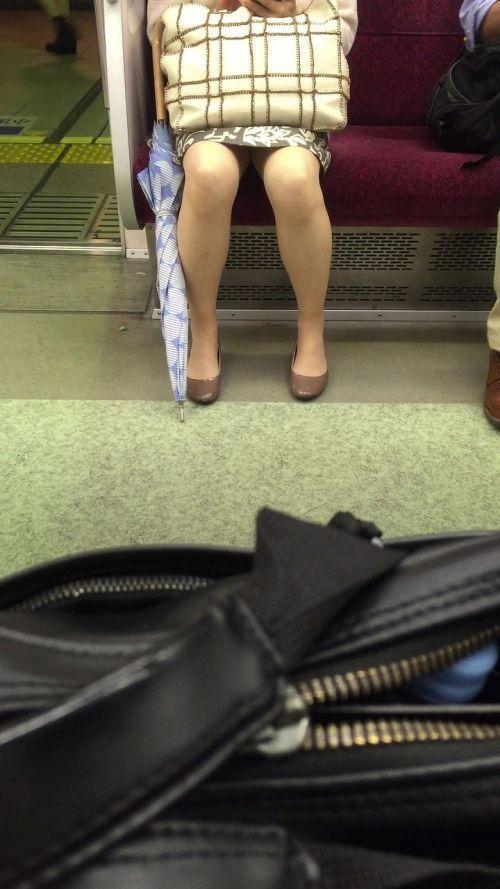 【エロ画像】電車内でスーツ姿なOLのデルタゾーンパンチラを激写盗撮! 36枚 No.27