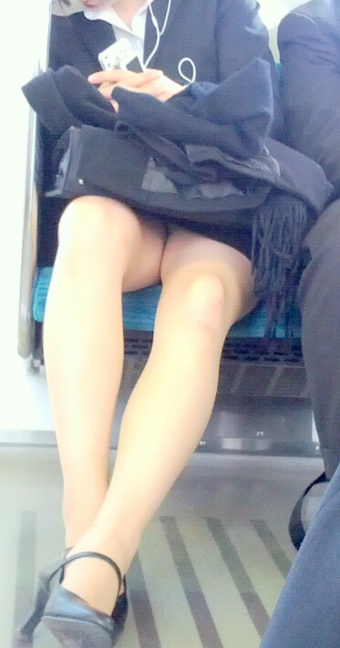 【エロ画像】電車内でスーツ姿なOLのデルタゾーンパンチラを激写盗撮! 36枚 No.28