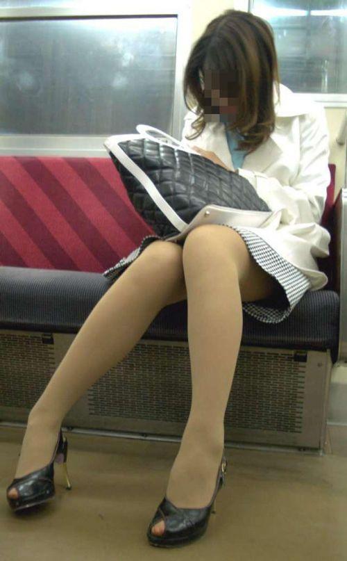 【エロ画像】電車内でスーツ姿なOLのデルタゾーンパンチラを激写盗撮! 36枚 No.29