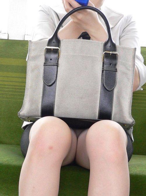 【エロ画像】電車内でスーツ姿なOLのデルタゾーンパンチラを激写盗撮! 36枚 No.31