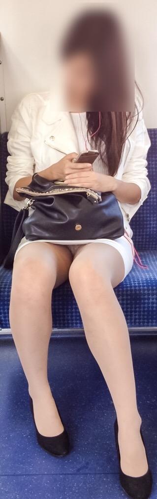 【エロ画像】電車内でスーツ姿なOLのデルタゾーンパンチラを激写盗撮! 36枚 No.33