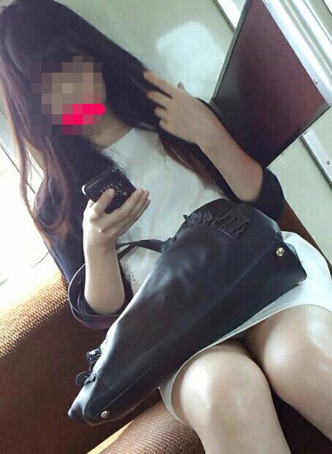 【エロ画像】電車内でスーツ姿なOLのデルタゾーンパンチラを激写盗撮! 36枚 No.35