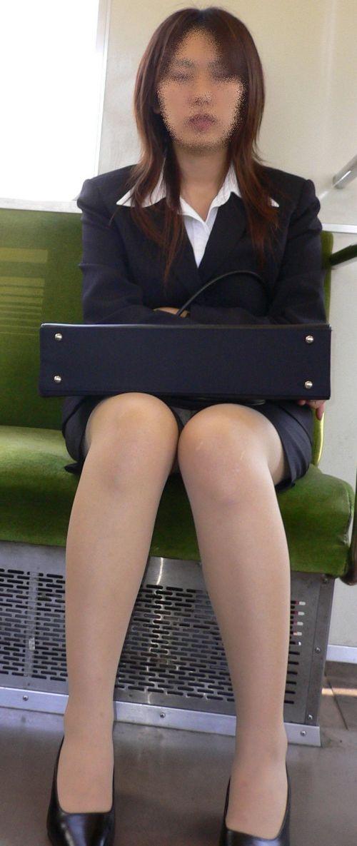 【エロ画像】電車内でスーツ姿なOLのデルタゾーンパンチラを激写盗撮! 36枚 No.36