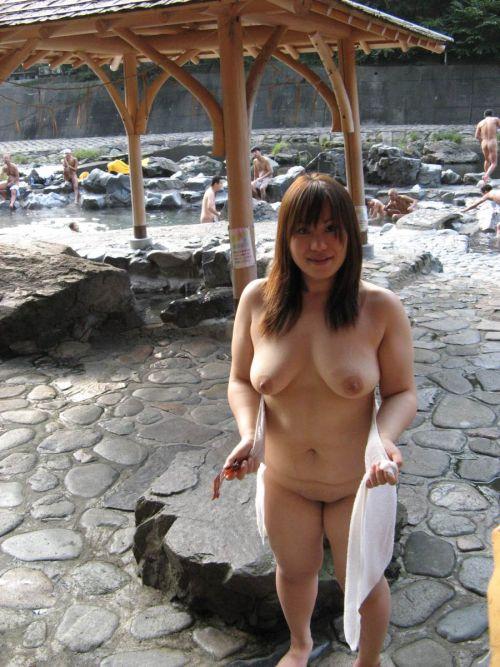素人ギャルやお姉さんが混浴露天風呂で露出しちゃってるエロ画像 40枚 No.17