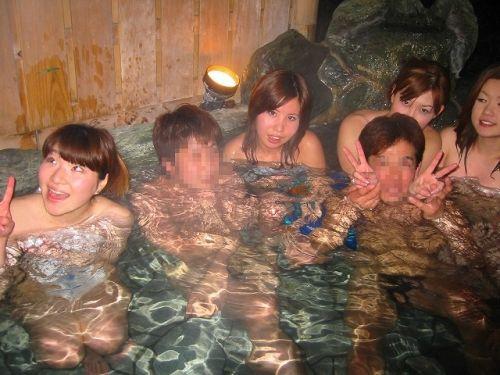 素人ギャルやお姉さんが混浴露天風呂で露出しちゃってるエロ画像 40枚 No.23