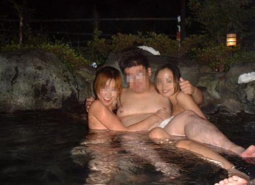 素人ギャルやお姉さんが混浴露天風呂で露出しちゃってるエロ画像 40枚 No.27