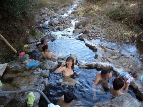 素人ギャルやお姉さんが混浴露天風呂で露出しちゃってるエロ画像 40枚 No.32