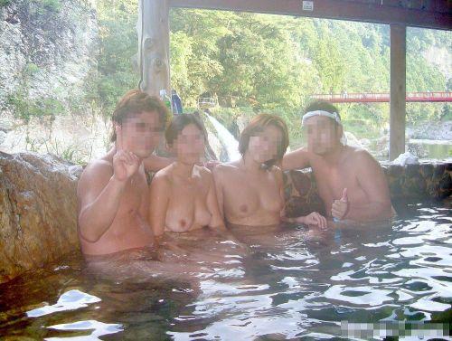 素人ギャルやお姉さんが混浴露天風呂で露出しちゃってるエロ画像 40枚 No.34