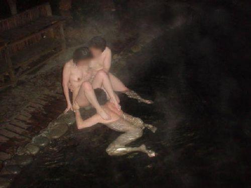 素人ギャルやお姉さんが混浴露天風呂で露出しちゃってるエロ画像 40枚 No.39
