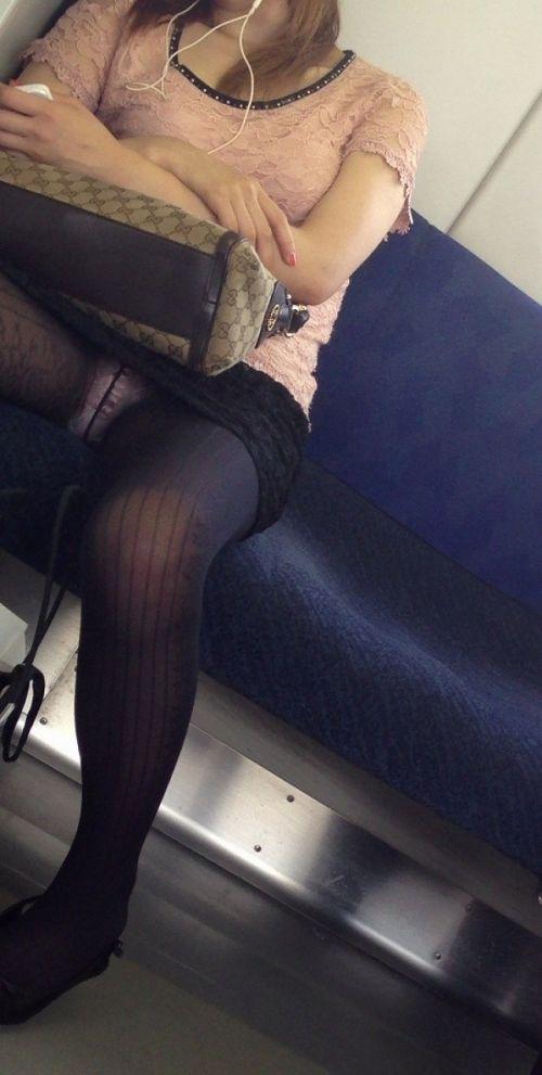 電車内でストッキングなお姉さんの太ももパンチラ盗撮画像 38枚 No.3