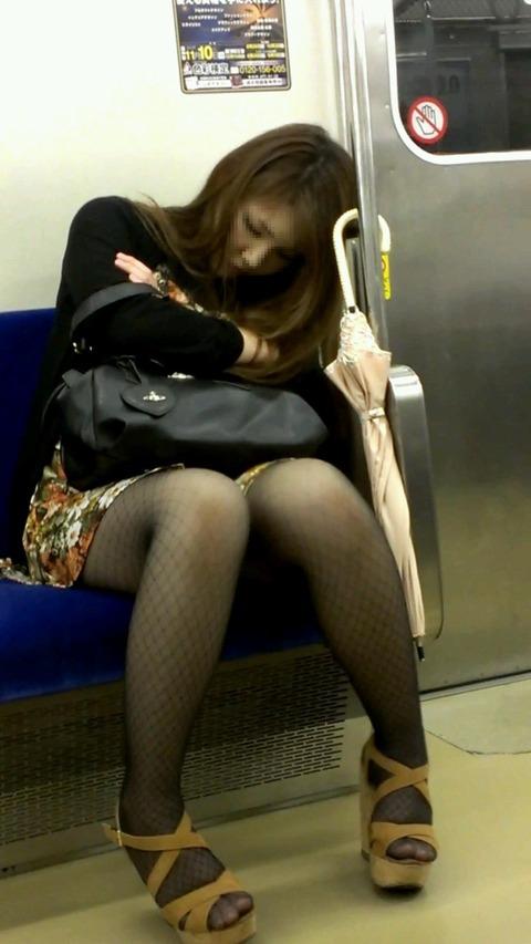 電車内でストッキングなお姉さんの太ももパンチラ盗撮画像 38枚 No.5