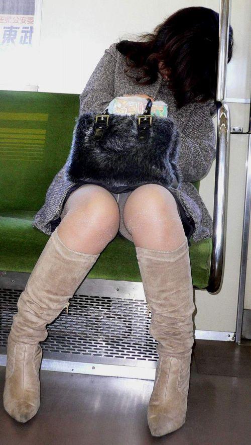 電車内でストッキングなお姉さんの太ももパンチラ盗撮画像 38枚 No.6