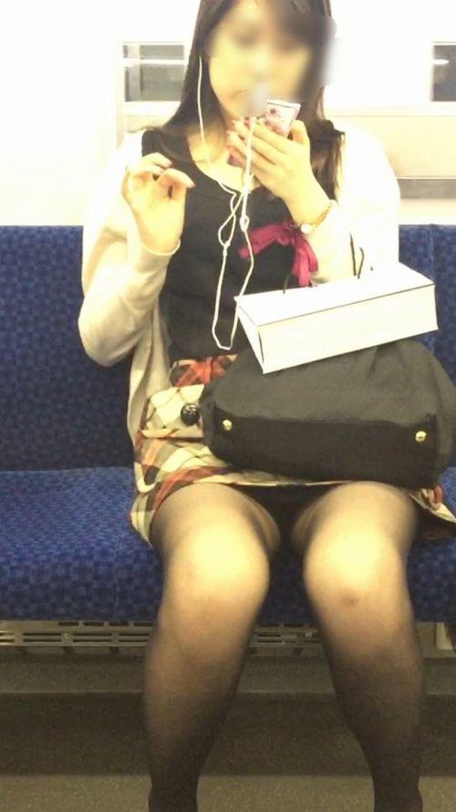 電車内でストッキングなお姉さんの太ももパンチラ盗撮画像 38枚 No.7